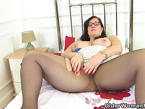 English BBW Jayne Storm lets you understand her hairy untrue