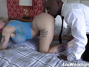 Mistress Joslyn James gets her arse worshiped