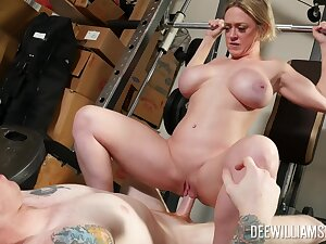 Amateur MILF bends ass be advisable for sex down at the gym