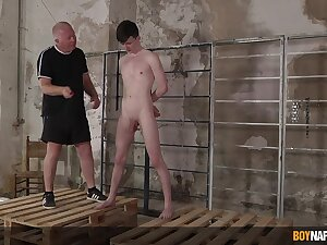Twink leaves senior man helter-skelter dominate and fuck his ass