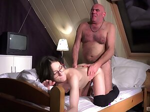 Hot Arwen Gold gives hither her pussy to a misspend old piss off